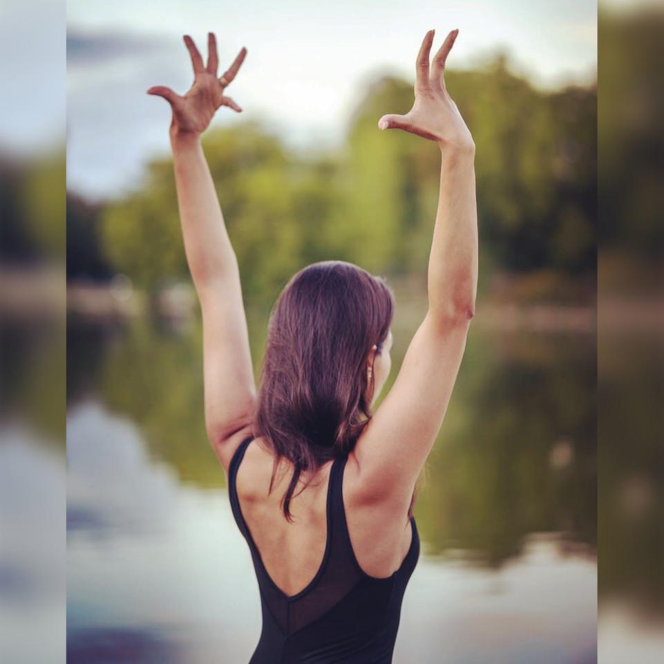 YOGA & PLEINE CONSCIENCE<br />avec Sophia Kaushik<br /><br />Cours hebdomadaire, chaque mardi de 18h à 20h.<br />Method Acting Center, 93 avenue d'Italie Paris 13e<br /><br />Pour devenir acteur, il est indispensable de se former. Mais pour aller encore plus loin, la pratique de la pleine conscience vous permettra de renforcer tout votre potentiel de concentration. L'acting et la concentration étant intimement liés, ils vont se compléter l'un l'autre pour affiner vos compétences et ainsi déployer votre force intérieure. Le yoga n'est pas simplement une discipline physique, car elle permet au corps, au mental et à l'esprit de fonctionner ensemble.<br /><br />OBJECTIFS de YOGA & PLEINE CONSCIENCE<br />* Apprendre les postures classiques du yoga «Asanas» *<br />* Comprendre le sens et la philosophie du yoga*<br />* Pratiquer la méditation et la pleine conscience, préparation au «Pranayama» *<br /><br />OBJECTIFS «SECONDAIRES »<br />* Accroître la souplesse et la force par le biais d'exercices physiquement stimulants*<br />* Apprendre à détendre les muscles et gérer le stress*<br />* Écouter sa voix intérieure sans jugement, être en paix avec soi-même *<br />* Ouvrir l'esprit à la créativité et l'imagination *<br />* Être capable de bonté et de compassion, avec les autres et avec soi-même *<br />* Pouvoir interagir avec les autres au sein du même espace, tout en restant centré sur le Soi et la tâche à accomplir <br /><br />INFO & RÉSERVATION<br />- 85€ par mois pour 1 engagement au trimestre, 75€ par mois pour 1 engagement sur 10 mois + 80€ de frais d'inscription<br />- Cours d'essai gratuit sur demande, chaque mardi 18h-20h:<br />https://www.methodacting.fr/yoga-pleine-conscience/CONTACT06 07 41 41 25contact@methodacting.frwww.methodacting.fr<br /><br />copyright image : Vasanta Yoga<br />#actorsstudio #methodacting #methodactingcenter #formationacteur #acting #yoga #stageyoga #sophiakaushik #assanas #coursdeyoga #pleineconscience #yogaparis #vasantayoga #yogapouracteu