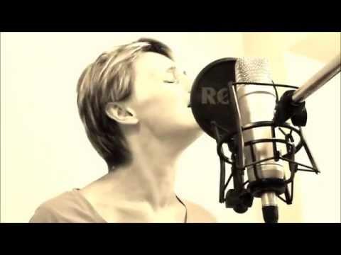"""Extrait d'une reprise """" hallelujah""""  version Alexandra burke par Pascale"""